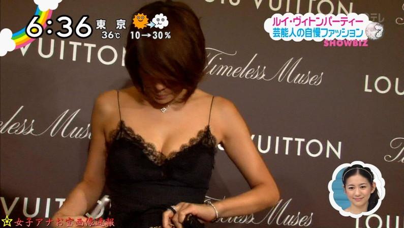 【胸ちらキャプ画像】胸元空けた衣装でオッパイ見せつけるタレント達w 04