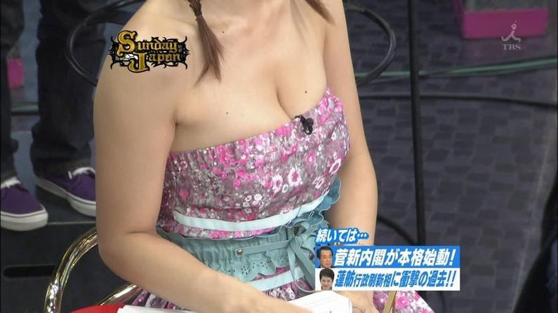 【胸ちらキャプ画像】胸元空けた衣装でオッパイ見せつけるタレント達w 07