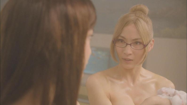 【胸ちらキャプ画像】胸元空けた衣装でオッパイ見せつけるタレント達w 24