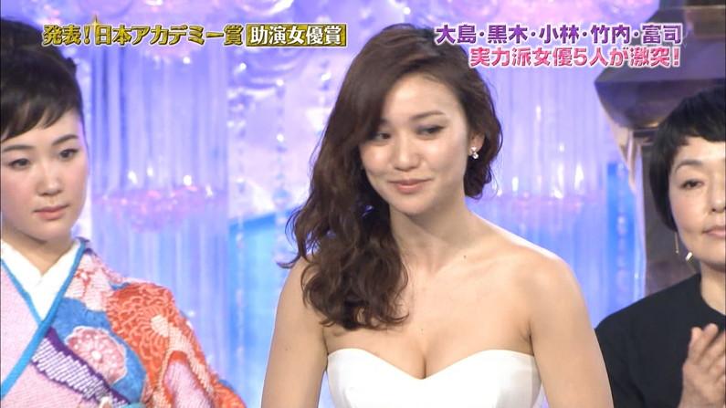 【胸ちらキャプ画像】胸元の緩いアイドルからお堅い女子アナまで胸ちらしまくりww 19