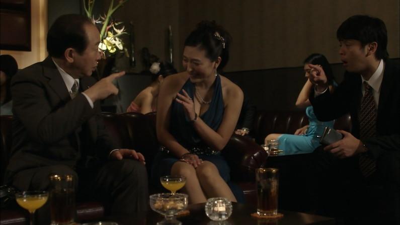 【胸ちらキャプ画像】テレビなのに思いっきりエロい谷間が見えちゃってる女性タレントw 08