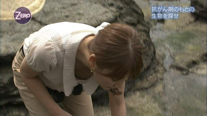 【胸ちらキャプ画像】テレビなのに思いっきりエロい谷間が見えちゃってる女性タレントw 16