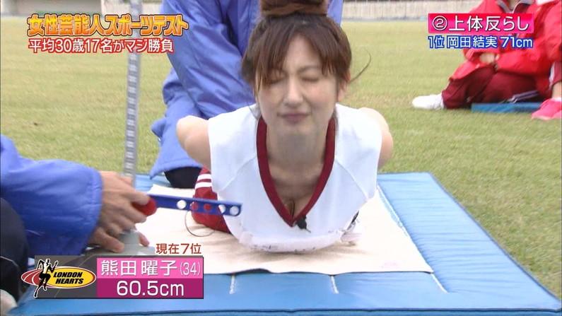 【胸ちらキャプ画像】テレビなのに思いっきりエロい谷間が見えちゃってる女性タレントw 24