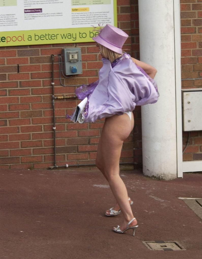 【パンチラ画像】風邪の悪戯でスカートめくれあがっちゃった女性達がパンツ丸見えww 01
