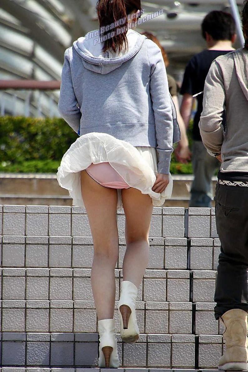 【パンチラ画像】風邪の悪戯でスカートめくれあがっちゃった女性達がパンツ丸見えww 03