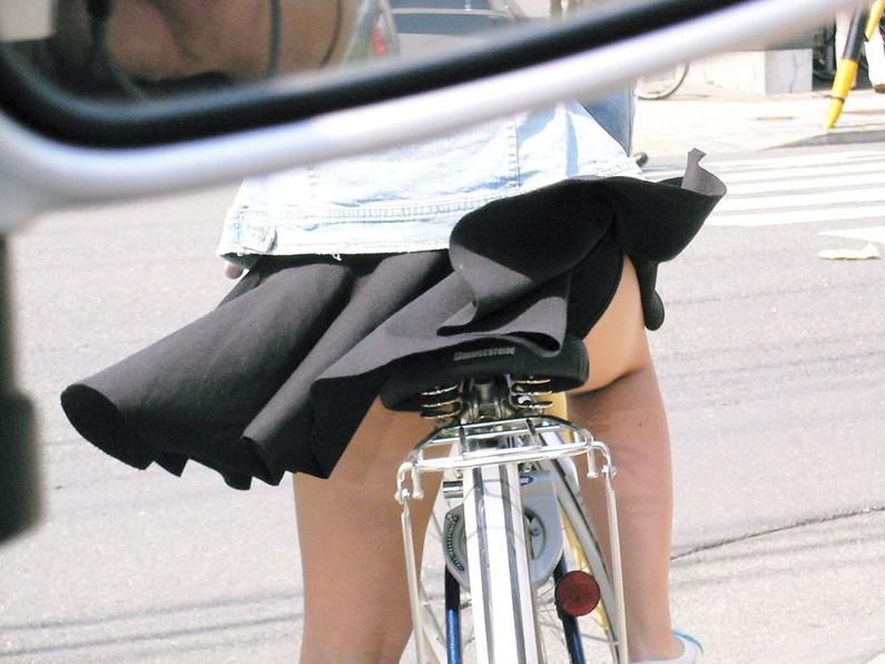 【パンチラ画像】風邪の悪戯でスカートめくれあがっちゃった女性達がパンツ丸見えww 04