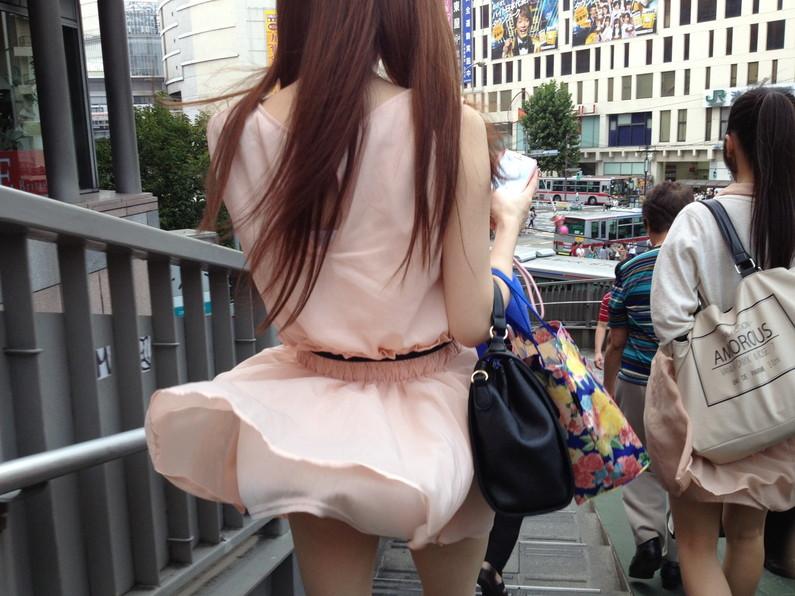 【パンチラ画像】風邪の悪戯でスカートめくれあがっちゃった女性達がパンツ丸見えww 07