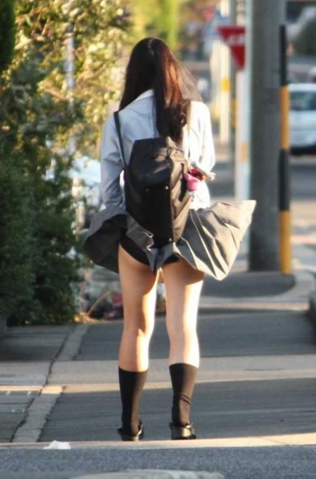 【パンチラ画像】風邪の悪戯でスカートめくれあがっちゃった女性達がパンツ丸見えww 08