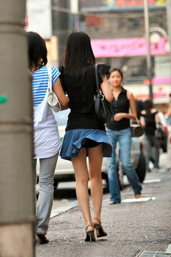 【パンチラ画像】風邪の悪戯でスカートめくれあがっちゃった女性達がパンツ丸見えww 10