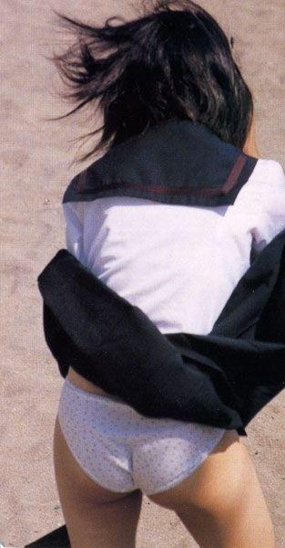 【パンチラ画像】風邪の悪戯でスカートめくれあがっちゃった女性達がパンツ丸見えww 14