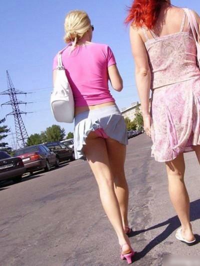 【パンチラ画像】風邪の悪戯でスカートめくれあがっちゃった女性達がパンツ丸見えww 16