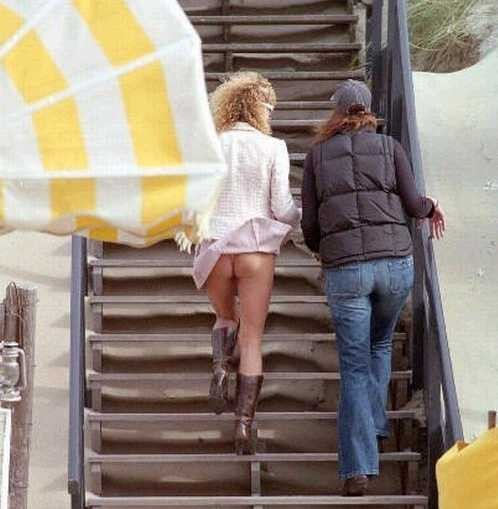 【パンチラ画像】風邪の悪戯でスカートめくれあがっちゃった女性達がパンツ丸見えww 18
