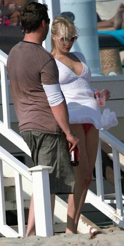 【パンチラ画像】風邪の悪戯でスカートめくれあがっちゃった女性達がパンツ丸見えww 22