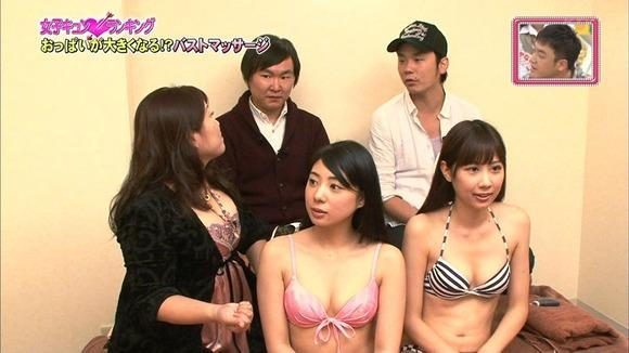 【オッパイキャプ画像】テレビに映る巨乳美女たちの水着からこぼれそうなオッパイがたまらんw 12