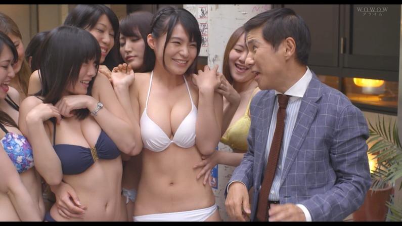 【オッパイキャプ画像】テレビに映る巨乳美女たちの水着からこぼれそうなオッパイがたまらんw 13