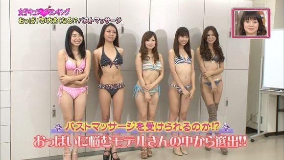 【オッパイキャプ画像】テレビに映る巨乳美女たちの水着からこぼれそうなオッパイがたまらんw 14