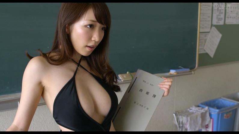 【オッパイキャプ画像】テレビに映る巨乳美女たちの水着からこぼれそうなオッパイがたまらんw 15