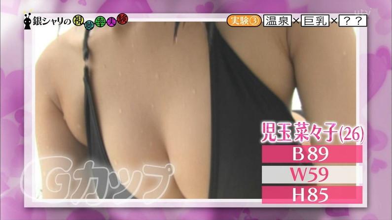 【オッパイキャプ画像】テレビに映る巨乳美女たちの水着からこぼれそうなオッパイがたまらんw 16