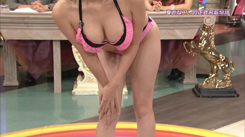 【オッパイキャプ画像】テレビに映る巨乳美女たちの水着からこぼれそうなオッパイがたまらんw 19