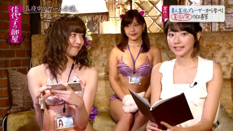 【オッパイキャプ画像】テレビに映る巨乳美女たちの水着からこぼれそうなオッパイがたまらんw 23