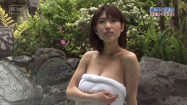 【温泉キャプ画像】温泉番組で女性たrんとが出てくると必ずオッパイ半分出して出てくるよなw 14