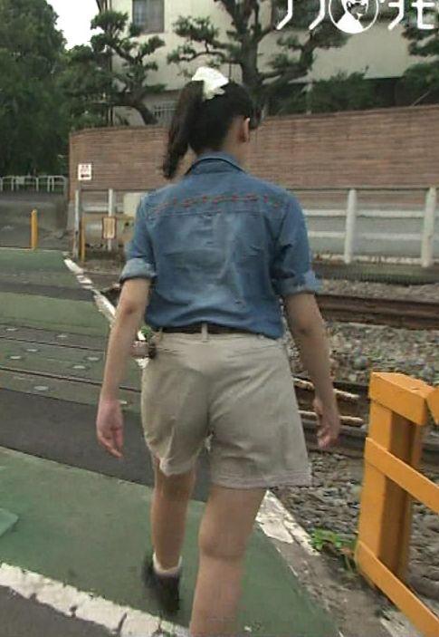 【お尻キャプ画像】女子アナが後ろを向けばピタパンだらけw特にロケの時なんかはパン線まで見えてるw 01