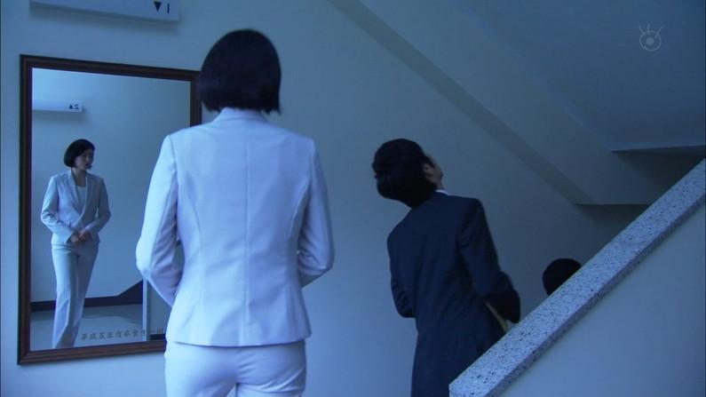 【お尻キャプ画像】女子アナが後ろを向けばピタパンだらけw特にロケの時なんかはパン線まで見えてるw 05