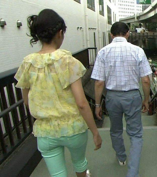 【お尻キャプ画像】女子アナが後ろを向けばピタパンだらけw特にロケの時なんかはパン線まで見えてるw 14