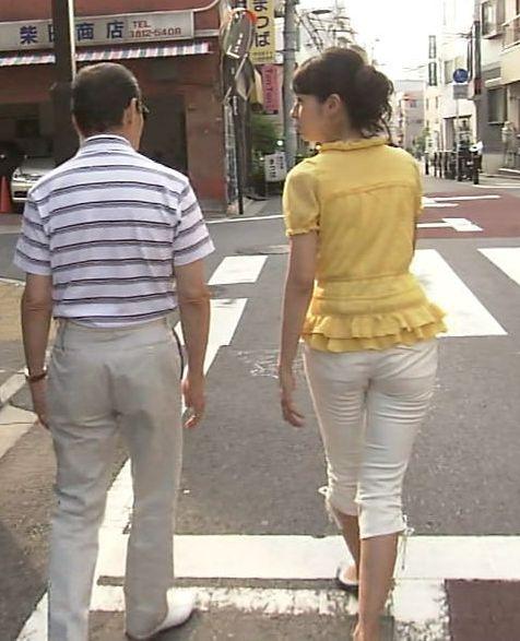 【お尻キャプ画像】女子アナが後ろを向けばピタパンだらけw特にロケの時なんかはパン線まで見えてるw 24