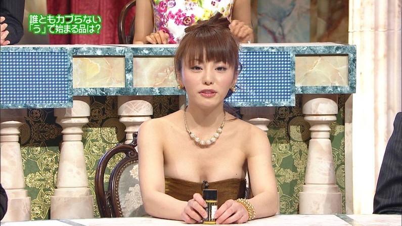 【胸ちらキャプ画像】テレビなのに半分くらいオッパイ見えちゃってるタレント達w 06