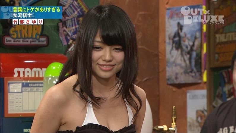 【胸ちらキャプ画像】テレビなのに半分くらいオッパイ見えちゃってるタレント達w 07