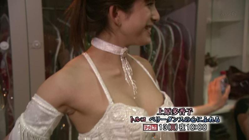 【胸ちらキャプ画像】テレビなのに半分くらいオッパイ見えちゃってるタレント達w 11