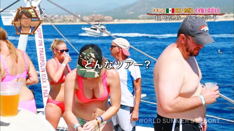 【オッパイキャプ画像】テレビに映る水着姿のグラドルのオッパイがたまんねーww 06