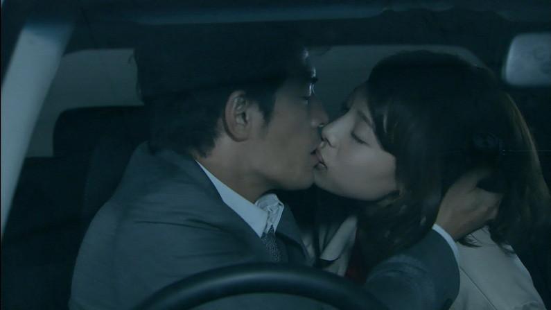 【キスシーンキャプ画像】俺も演技でもいいからこんな美女と濃厚なキスしてみたいw 01