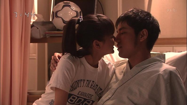 【キスシーンキャプ画像】俺も演技でもいいからこんな美女と濃厚なキスしてみたいw 05