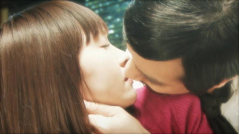 【キスシーンキャプ画像】俺も演技でもいいからこんな美女と濃厚なキスしてみたいw 22