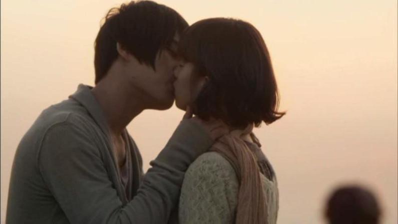 【キスシーンキャプ画像】俺も演技でもいいからこんな美女と濃厚なキスしてみたいw 24