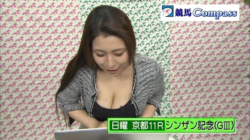 【胸ちらキャプ画像】テレビなのに大胆に胸ちらするタレント達w