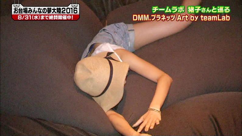【パンチラキャプ画像】ミニスカ履いてスカートの中身が見えちゃってるタレント達w 04