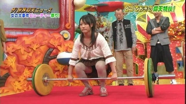 【パンチラキャプ画像】ミニスカ履いてスカートの中身が見えちゃってるタレント達w 08