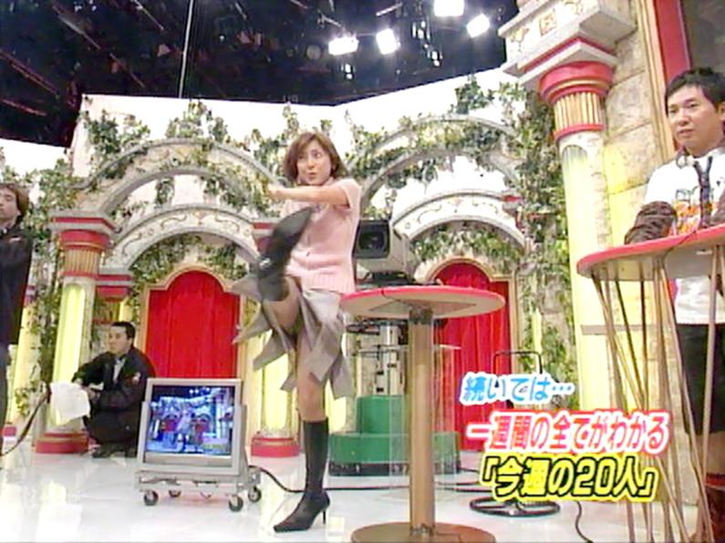 【パンチラキャプ画像】ミニスカ履いてスカートの中身が見えちゃってるタレント達w 23