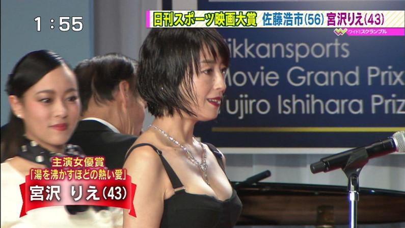 【胸ちらキャプ画像】テレビなのに油断し過ぎのタレント達が胸ちら見せまくりw 10