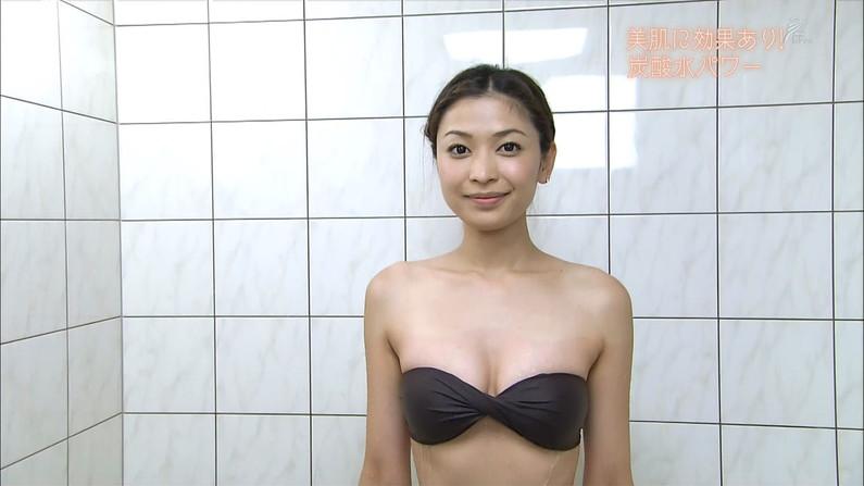 【谷間キャプ画像画像】テレビに水着や下着姿で出てくる美女のオッパイがエロいw 01