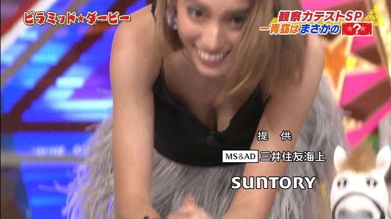 【胸ちらキャプ画像】テレビで前屈みになって自慢のオッパイを見せびらかしてるそw