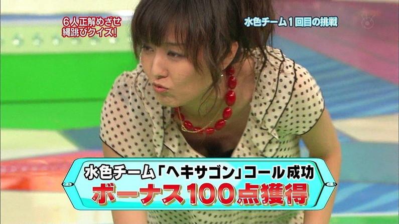 【胸ちらキャプ画像】テレビで前屈みになって自慢のオッパイを見せびらかしてるそw 05