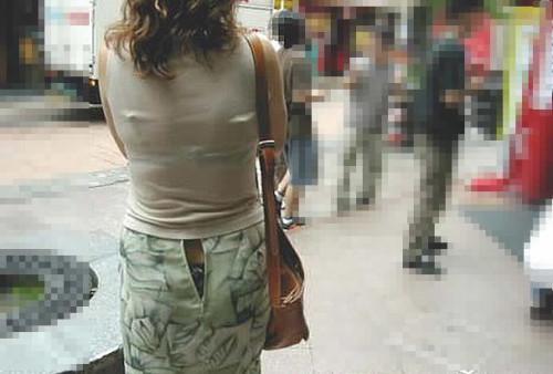 【パンチラハプニング画像】色んなハプニングが重なって永遠にパンツ見せちゃってる素人女性達w 12