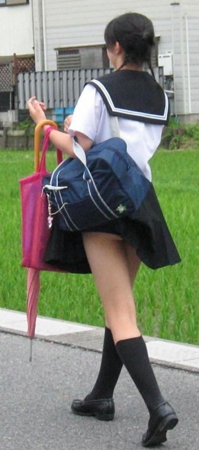 【パンチラハプニング画像】色んなハプニングが重なって永遠にパンツ見せちゃってる素人女性達w 18