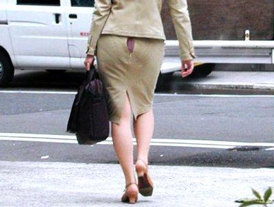 【パンチラハプニング画像】色んなハプニングが重なって永遠にパンツ見せちゃってる素人女性達w 23