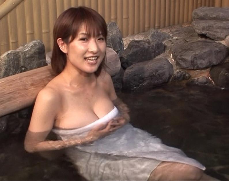 【温泉キャプ画像】タレントさん達がハミ乳し放題の温泉レポートw 13