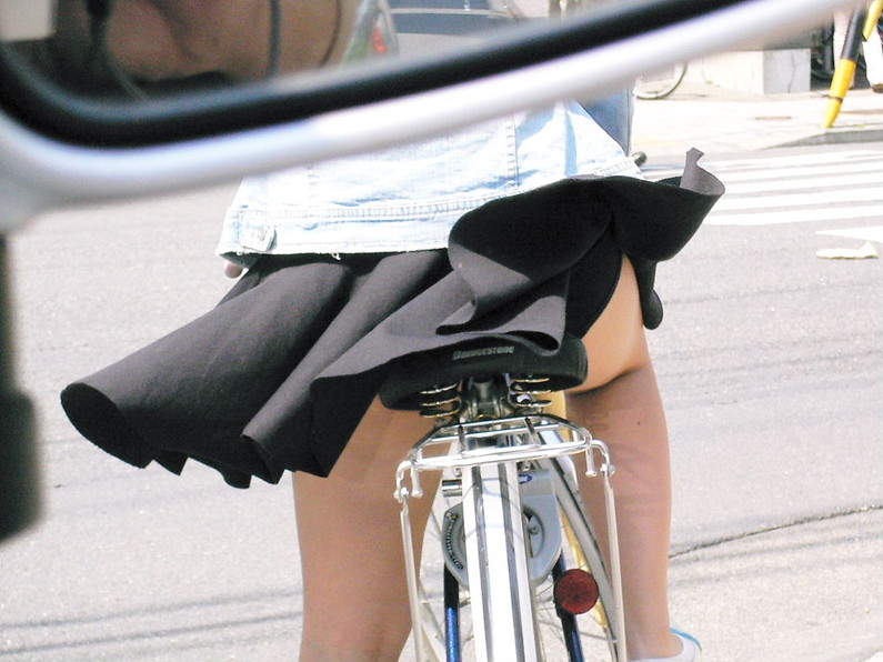 【ハプニングパンチラ画像】風邪でスカートめくれ上がった女の子達のパンツが丸見えにww 01